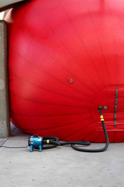 RRedball Project at Jean Talon Metro. Photo Magali Crevier.